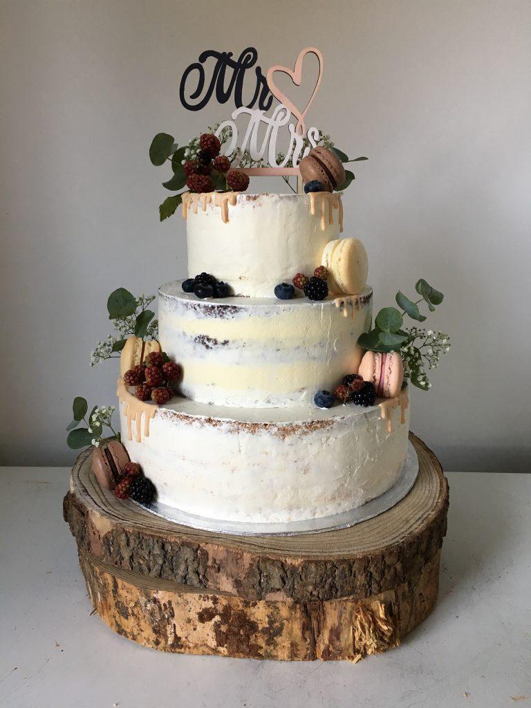 Naked Cake mit Macarons